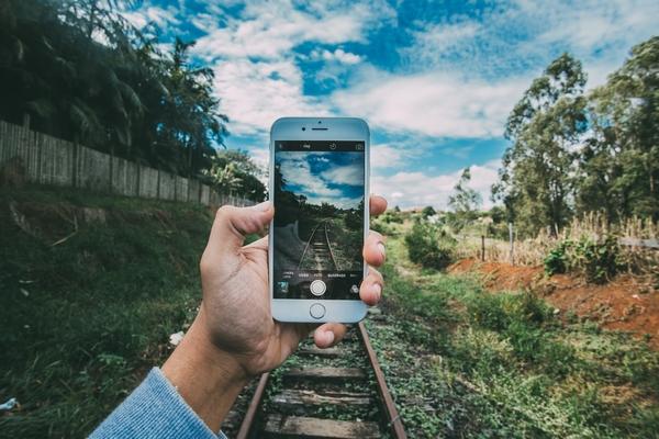 線路を写すiPhone